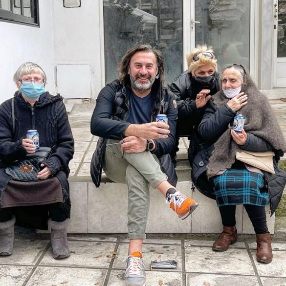 Στέφανος Σαράτσης: Ο ιδιοκτήτης εστιατορίου που προσφέρει φαγητό σε 100 απόρους